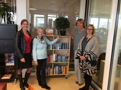 V.l.n.r. Annelous van der Klauw (gemeenteraadslid D66), Catherine Theissens (vrijwilliger De Harp), Josien van Cappelle (wethouder), Marielle Post (Bibliotheek aan den IJssel)